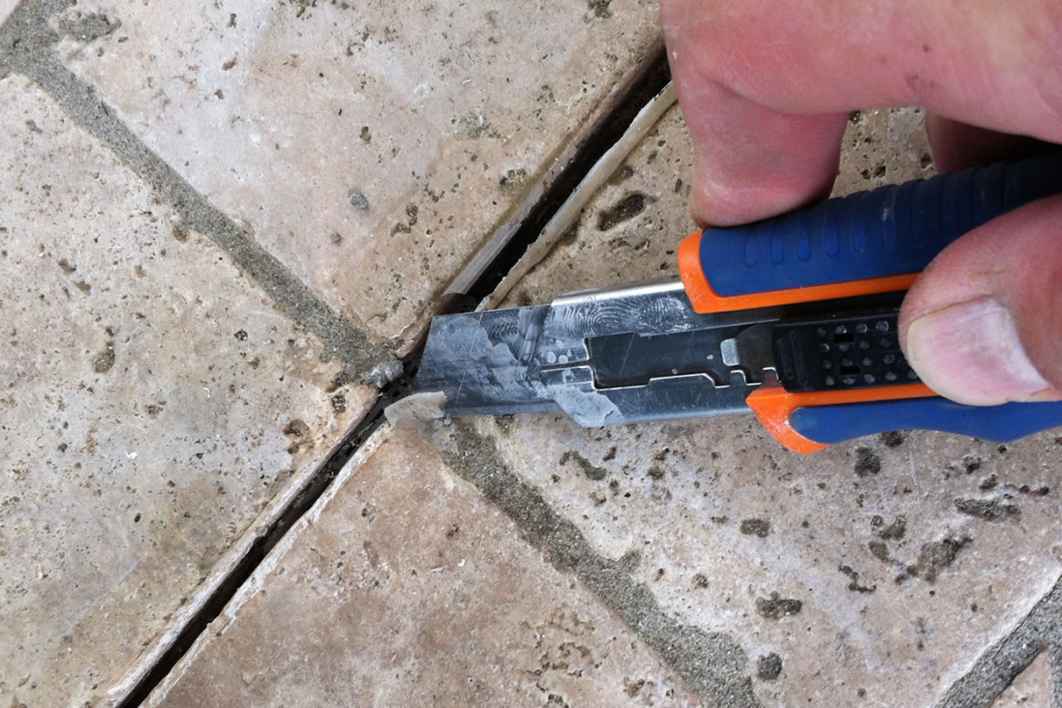 Removal of old silicone in joints