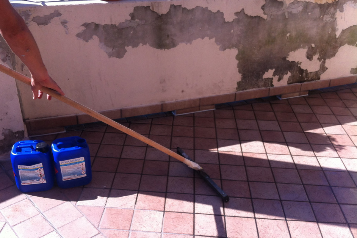 Laying of PROTECH BALCONY with floor scraper to remove liquid