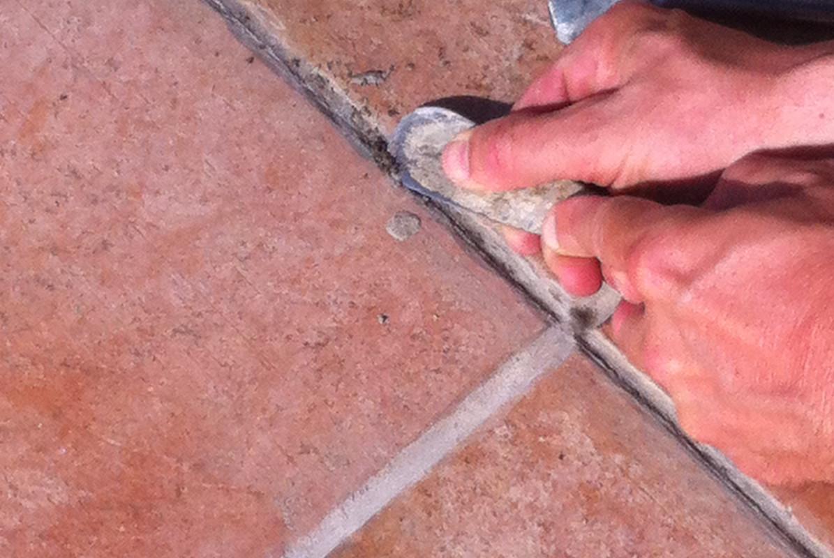 Asportazione delle stuccature degradate