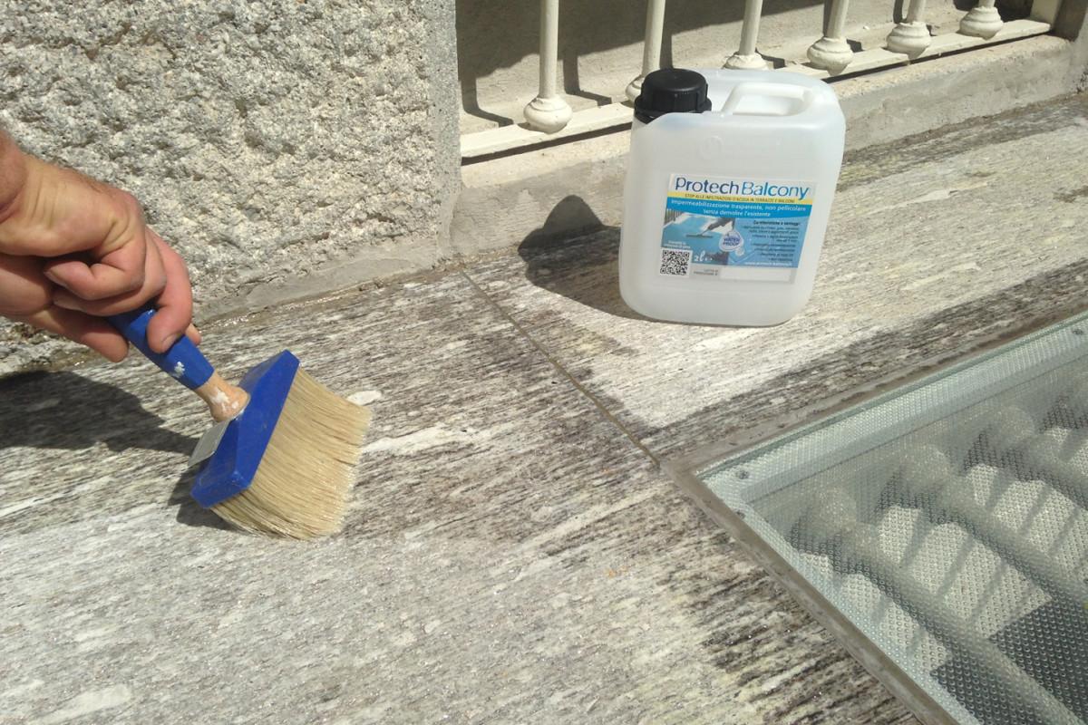 Étalage de PROTECH BALCONY à l'aide d'un pinceau