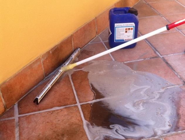 Pulizia profonda della pavimentazione piastrellata con DETERG-A (solo e dove necessario)
