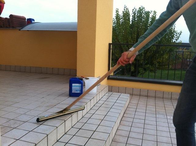 Stesura di PROTECH BALCONY con attrezzo tira acqua o con pennello a setole lunghe