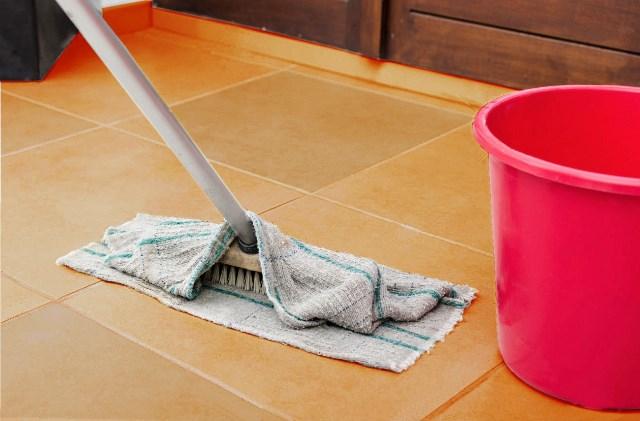 Pulizia finale della pavimentazione con diluente nitro