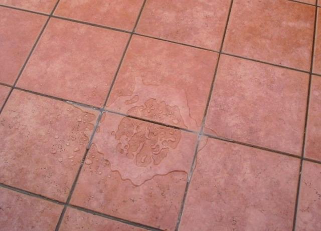 Particolare dell'effetto idrorepellente della pavimentazione finita