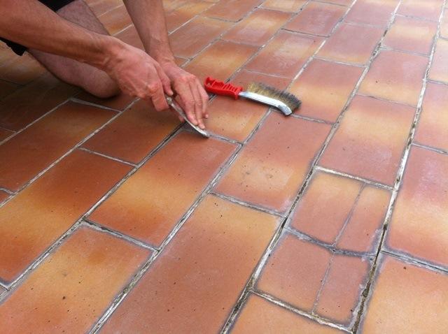 Asportazione delle vecchie stuccature (solo e dove necessario)