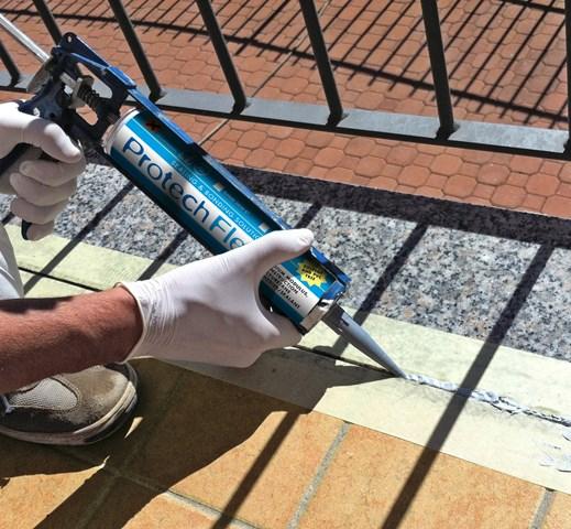 Nastratura dei giunti di movimento, applicazione del primer PROTECH FLEX PRIMER e del sigillante poliuretanico PROTECH FLEX