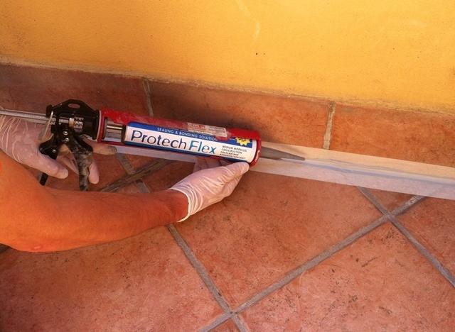 Particolare della sigillatura della connessione tra pavimento e battiscopa