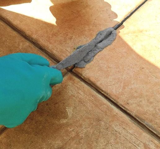 Stuccatura con STUCCO BALCONY delle fughe precedentemente pulite